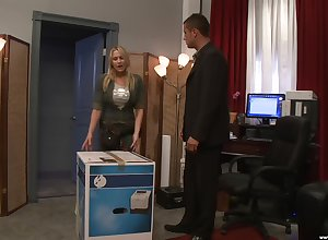 silicone light-complexioned Alanah Rae gets will not hear of cunt fucked away from a drawing coxcomb
